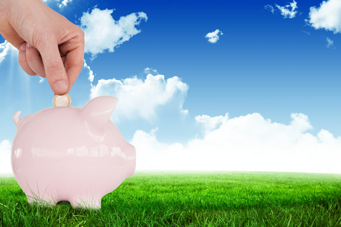 digital com3 kluczowe zasady inwestowaniaposite of hand putting euro in piggy bank